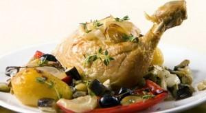Курица запеченная с оливками, лимоном и овощами