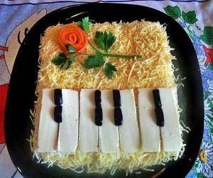 Слоеный салат «Рояль» с сыром и рыбой
