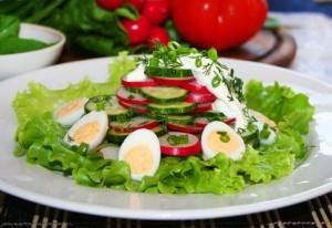 Овощной салат с яйцами