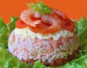 Слоеный салат с соленой рыбой, креветками и помидором