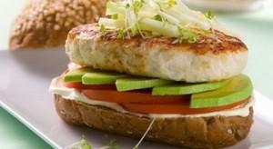 Бутерброд с куриной котлетой и авокадо