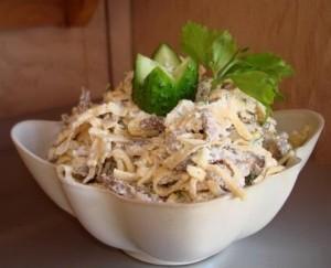 Мясной салат с блинами