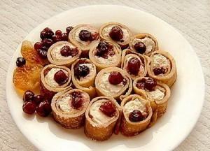 Рулетики блинные с творогом и ягодами