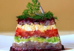Селедочный салат со свеклой, авокадо и помидором